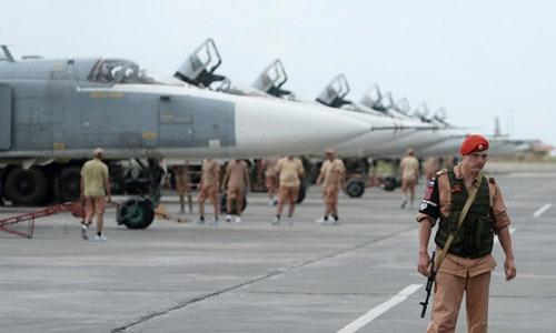 Binh sĩ Nga canh gác tại sân bay Hmeymim. Ảnh: TASS.