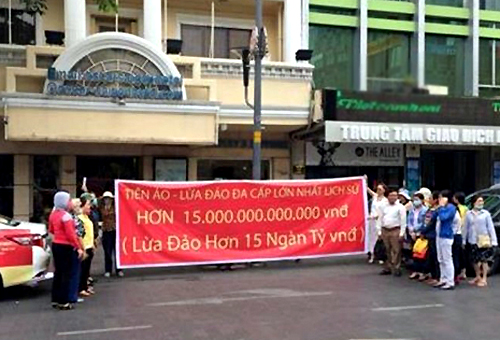 Hàng chục người đến trước văn phòng Modern Tech trên phố đi bộ Nguyễn Huệ tố cáo công ty này lừa đảo bằng hình thức huy động vốn đầu tư vào tiền ảo Ifan, Pincoin.
