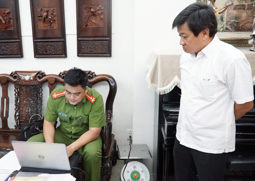 Ông Đoàn Ngọc Hải dẫn đầu lực lượng đi kiểm tra PCCC khách sạn. Ảnh: Duy Trần