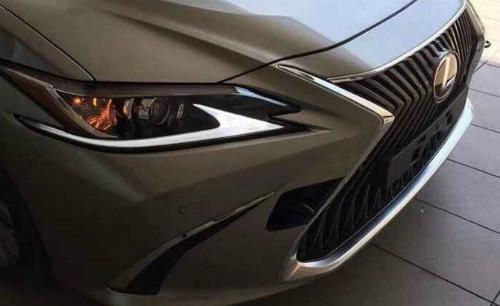 Lexus ES 2019 thay đổi thiết kế lưới tản nhiệt, đèn pha. Ảnh: Motor1