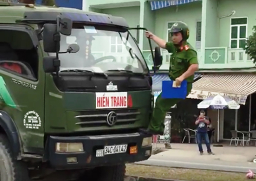 Cảnh sát trật tự thuộc tổ cảnh sát giao thông trật tự xuống đường xử lý ôtô tải.