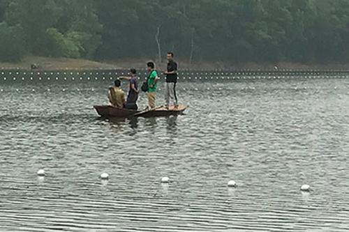Đại diện ATP (áo xanh) và nhóm ngư dân thấy dấu hiệu của rùa Hoàn Kiếmtrong khu vực quây lưới nhưng rùa không nổi lên.