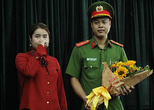 Chị Ly gặp lại chiến sĩ Khang, ân nhân của mình trong vụ cháy Carina. Ảnh: Duy Trần