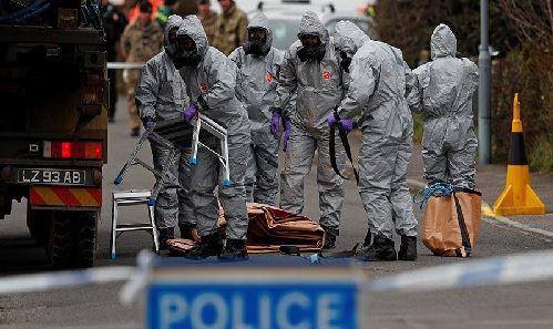 Các nhân viên quân sự Anh hôm 14/3 làm việc tại hiện trường vụ cựu điệp viên Sergei Skripal và con gái bị đầu độc. Ảnh: Reuters.