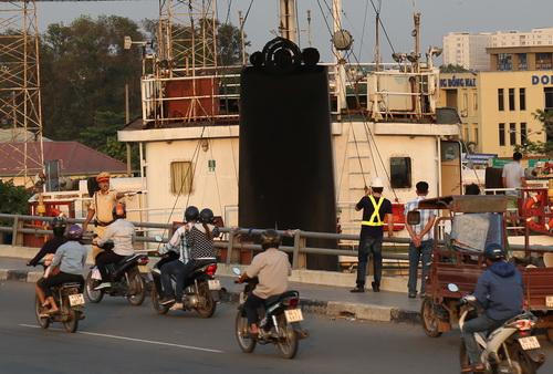 Tàu nghìn tấn kẹt giữa cầu Đồng Nai. Ảnh: Phước Tuấn