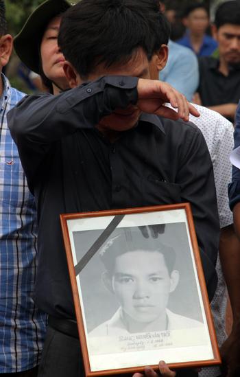 Người thân liệt sĩ Nguyễn Văn Trỗi bật khóc trong ngày an táng hài cốt anh tại Nghĩa trang liệt sĩ TP HCM.