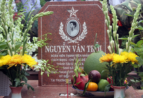 Phần mộ liệt sĩ Nguyễn Văn Trỗi tại Nghĩa trang liệt sĩ TP HCM. Ảnh: Mạnh Tùng.