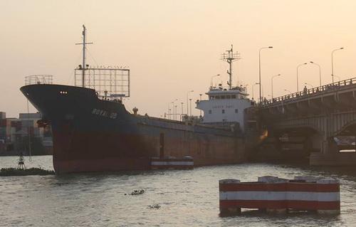 Sau gần 2 giờ giải cứu, tàu được đẩy ra khỏi cầu. Ảnh: Phước Tuấn