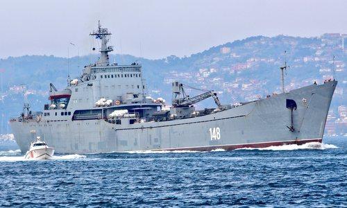 Tàu đổ bộ số hiệu 148 mang theo xe thiết giáp BTR-80. Ảnh: Yoruk Isık.