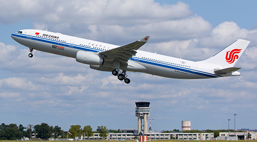 Hành khách dí bút vào cổ tiếp viên, máy bay Trung Quốc hạ cánh khẩn - ảnh 1