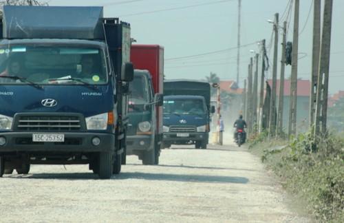 Trong vòng 2h PV ghi nhận có khoảng 30 xe ô tô qua lại, phần lớn là xe ô tô 4 chỗ và xe tải nhẹ từ 2 tấn trở xuống. Ảnh: Giang Chinh
