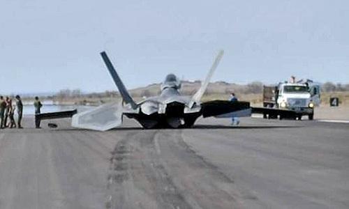 F-22 Mỹ mài bụng trên đường băng vì sự cố lúc cất cánh - ảnh 1
