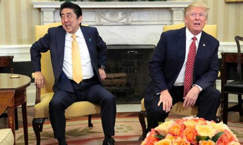 Thủ tướng Nhật đến Mỹ gặp Trump giữa bộn bề lo lắng - ảnh 1