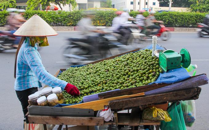 Trái cây đặc sản miền Bắc đổ bộ vỉa hè Sài Gòn