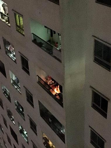 Nam sinh viên đốt vàng mã cháy nghi ngút ở lan can chung cư - ảnh 1