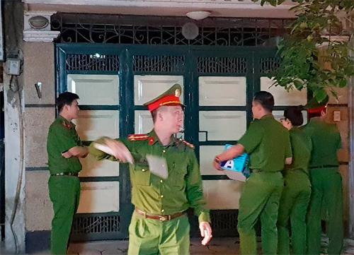 20h30, hơn 10 công an, đại diện viện kiểm sát đi vào nhà ông Tuấn. Ảnh: Giang Huy