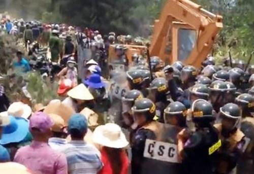 Khoảng 300 người dân kéo đến khu vực thi công nhà máy điện gió ở Bình Định để phản đối. Ảnh: Cắt từ YouTube.