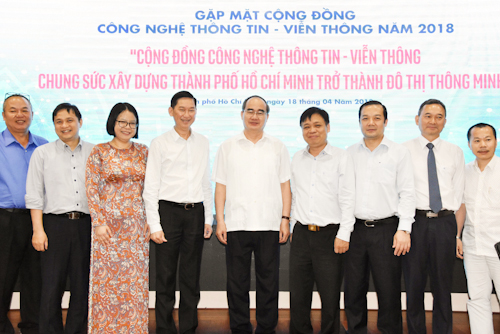 Bí thư Thành ủy TP HCMNguyễn Thiện Nhân, Phó Chủ tịch UBND Trần Vĩnh Tuyến cùng các doanh nghiệp và hiệp hội. Ảnh: T N.
