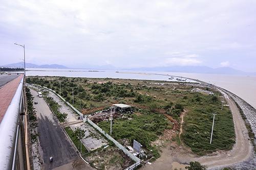 Khu đô thị quốc tế Đa Phước (nơi đang tiếp tục lấn biển) nhìn từ cầu Thuận Phước. Ảnh:Nguyễn Đông
