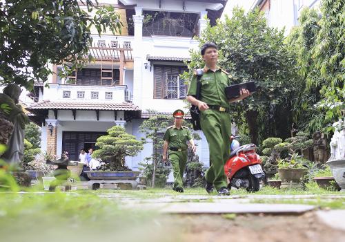 Việc khám nhà ông Minh kết thúc sau hơn ba tiếng làm việc. Ảnh: Văn Đông