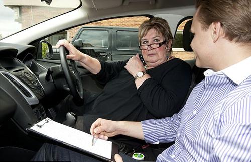 Bạn cần lái thử trước khi quyết định ký hợp đồng mua xe. Ảnh: Daily Mail.