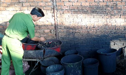 """Cà phê nhuộm đen bằng pin con ó """"được bán về Bình Phước"""""""