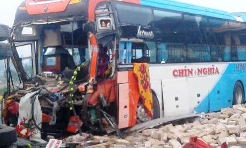 Đầu xe khách bị vỡ vụn, xong lái xe, lái phụ và hàng chục hành khách đã may mắn thoát nạn. Ảnh: CTV