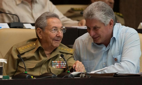 Raul Castro (trái) vàMiguel Diaz-Canel Bermudeztại Havana này năm 2016. Ảnh: AP.