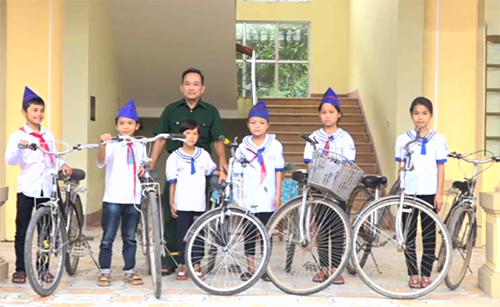 Ông Thực tặng xe đạp cho học sinh nghèo trường Tiểu học Mỹ Lộc vào tháng 9/2017. Ảnh: Tư liệu