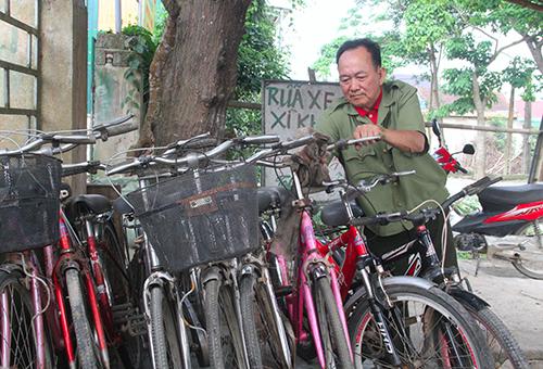 Những chiếc xe đạp vừa được ông Thực hoàn thiện để tặng cho học sinh nghèo vào năm học mới. Ảnh: Đức Hùng