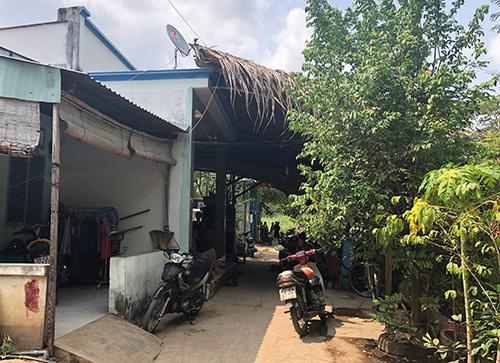 Một số nhà dân nằm trong quy hoạch Khu dân cư Phước Kiển chưa chấp thuận giá đền bù của công ty Quốc Cường Gia Lai. Trước đó nhiều năm công ty này đã đền bù xong cho nhiều hộ dân. Ảnh: Tuyết Nguyễn.