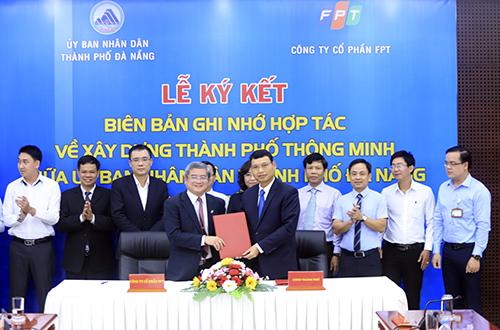 Tổng Giám đốc FPT Bùi Quang Ngọc và Phó chủ tịch UBND TP Đà Nẵng Hồ Kỳ Minh tại buổi ký kết. Ảnh: Nguyễn Đông.