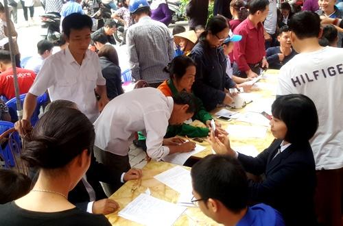 Hàng trăm chủ thuê bao của mobifone chen nhau khai báo thông tin tại điểm số 4 Trần Hưng Đạo, Hồng Bàng (Hải Phòng). Ảnh: Giang Chinh