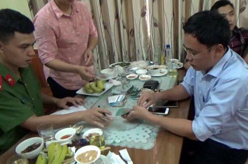 Bị cáo Phong bị bắt quả tang khi đang nhận tiền tại Yên Bái.