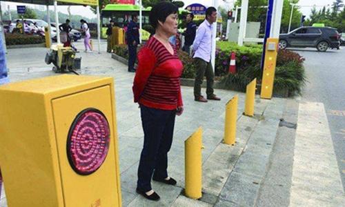 Thành phố Trung Quốc phun nước vào người vượt đèn đỏ, bêu hình giữa phố