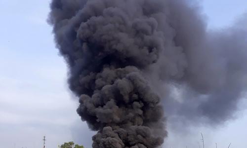 Cháy xưởng nhựa ven Sài Gòn, cột khói cao hàng trăm mét