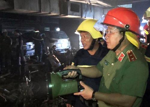 Trung tướng Bùi Văn Thành, Thứ trưởng Bộ Công an, cùng lãnh đạo Cảnh sát PCCC TP HCM khám nghiệm hiện trường vụ cháy.