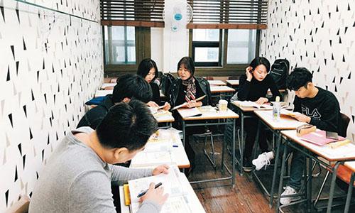 Một lớp học tiếng Việt ở quận trung tâm thủ đô Seoul. Ảnh:Chosun Ilbo.