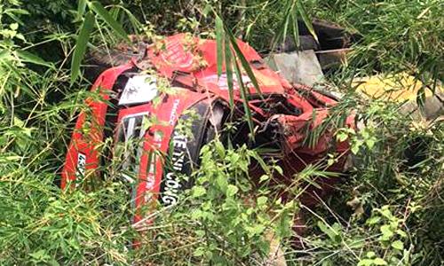 Xe bồn lao xuống vực khi đổ đèo, tài xế văng khỏi cabin