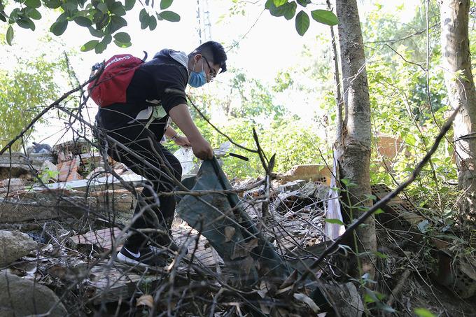 Khách Tây tham gia nhặt rác ở Sơn Trà