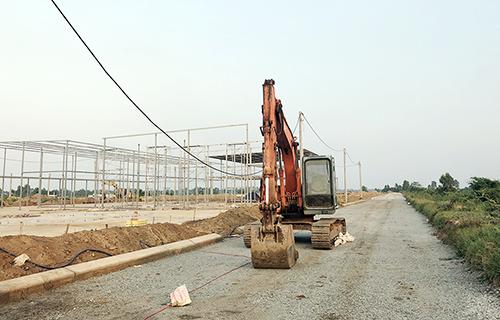 Khu tái định cư mới (cách hiện trường sạt lở khoảng 2 km) đang được xây dựng để bố trí cho hơn 90 hộ trong vùng nguy hiểm sạt lở còn lại. Ảnh: Cửu Long.