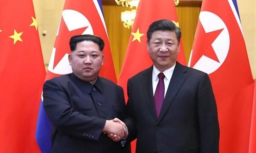 Lãnh đạo Triều Tiên Kim Jong-un (trái) bắt tay Chủ tịch Trung Quốc Tập Cận Bình trong chuyến thăm Bắc Kinh hồi tháng trước. Ảnh:CGTN.