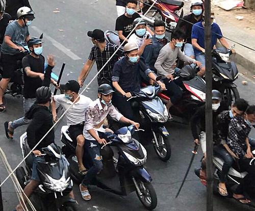 Hai nhóm mang theo hung khí đánh nhau. Ảnh: Quang Long.