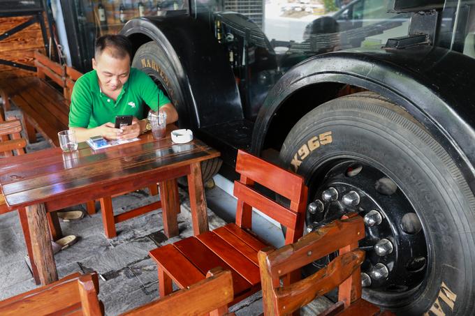 Quán cà phê làm bằng xe đầu kéo container ở Sài Gòn