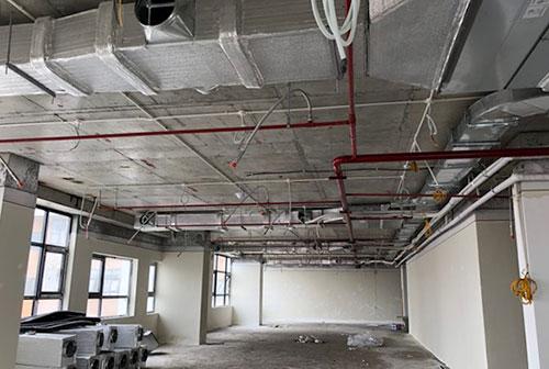 Nhiều khu vực của tòa nhà chưa lắp đặt cố định đầu báo cháy,đầu phun sprinkler, hệ thống hút khói. Ảnh: Phương Sơn