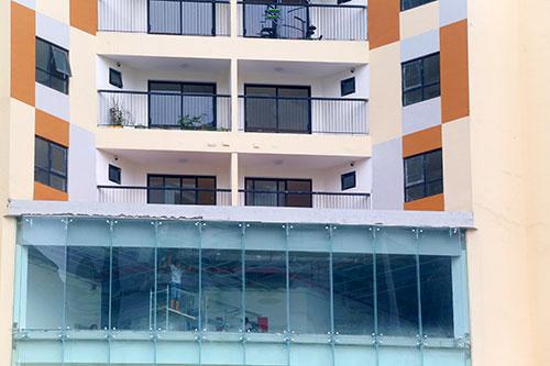 Các tầng trung tâm thương mại, dịch vụ chưa được thi công hoàn thiện các giải pháp an toàn về PCCC, tuy nhiên chủ đầu tư cho người dân vào sinh sống tại các căn hộ. Ảnh: Phương Sơn