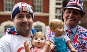 Người hâm mộ ăn ngủ nửa tháng ngoài bệnh viện chờ hoàng tử Anh chào đời