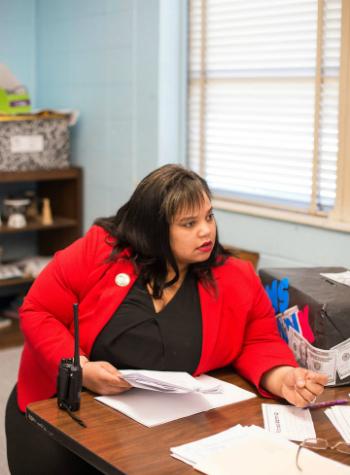 Hiệu trưởngShimelle Mayers của trường trung học cơ sởBrinkley tin tưởng giáo viên già và trẻ sẽ hỗ trợ tốt cho nhau. Ảnh: Huffington Post
