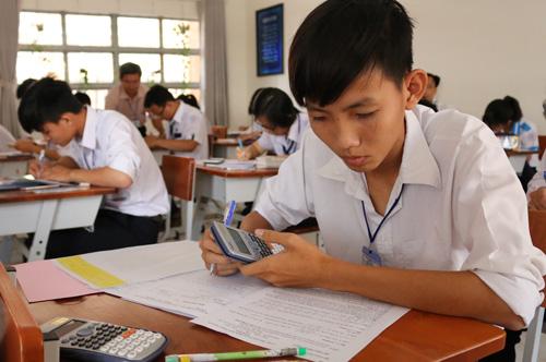 Học sinh khôngđược mang vào phòng thi các máy tính cầm tay có chức năng soạn thảo văn bản và có thẻ nhớ lưu dữ liệu.