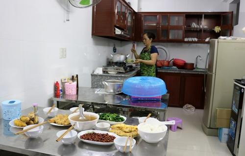 Bữa cơm tối cho 6 thành viên mới trong ngôi nhà yêu thương đang được cô Tạ Thị Vân, quê Tiên Lãng (Hải Phòng) đảm nhận hàng ngày. Thực đơn các bữa cũngđược thay đổi theo ngàyđể các cụ dễ ăn, ngon miệng. Ảnh: Giang Chinh